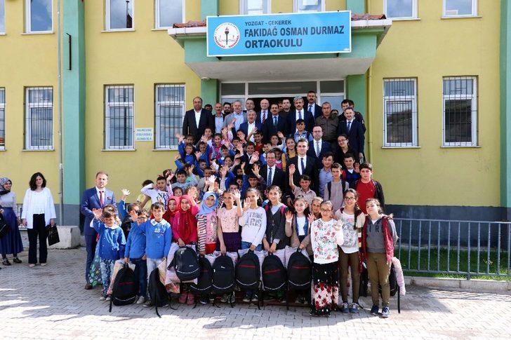 Doktorların çantaları köy okulu öğrencilerine dağıtıldı