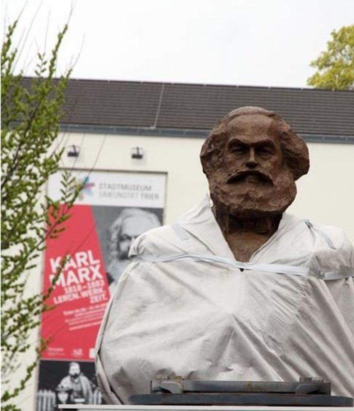 Çin'in hediyesi Karl Marx heykeli Almanya Trier'e dikildi