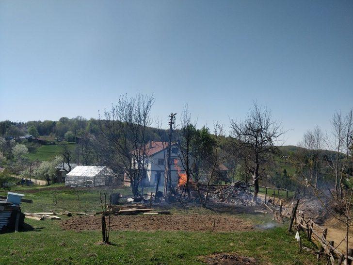 Sobadan çıkan yangında bir ev ve ahır kullanılamaz hale geldi