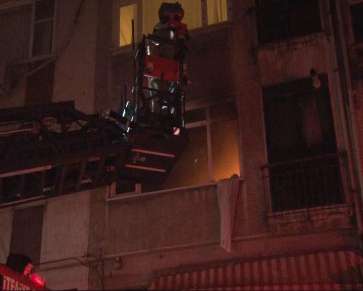 Kadıköy'de  4 katlı apartmanda yangın paniği