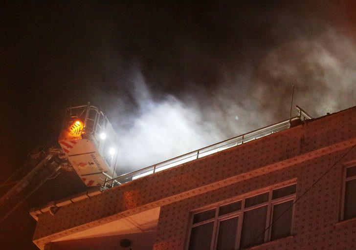 Bahçelievler'de 5 katlı binanın çatısı alev alev yandı