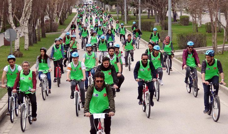 Öğrenciler, olimpiyata destek için 12 kilometre pedal çevirdi