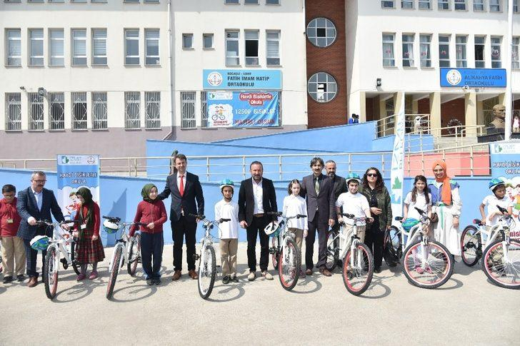 İzmit'te 140 öğrenci daha bisikletini aldı