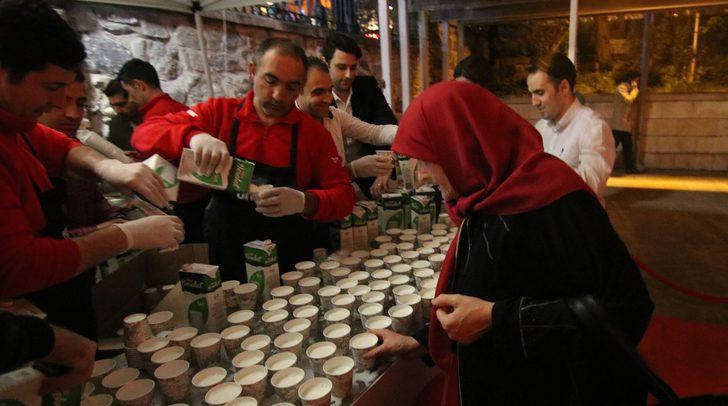 Ulu Cami'den çıkanlara 2 ton süt dağıtıldı