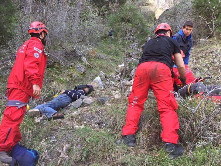 Mantar toplarken kayalıklardan düşüp öldü