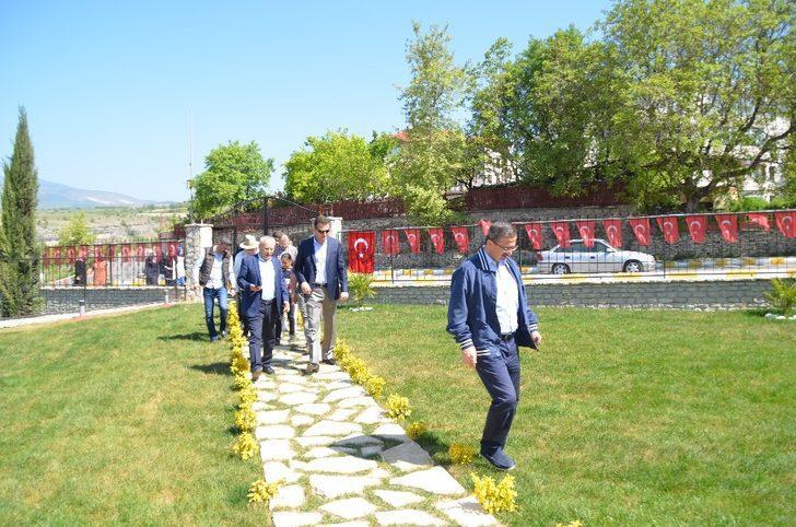 Bakan yardımcıları şehidin mezarını ziyaret etti