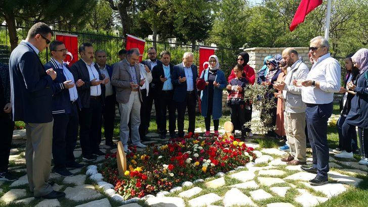 Bakan yardımcılarından Afrin şehidinin kabrine ziyaret