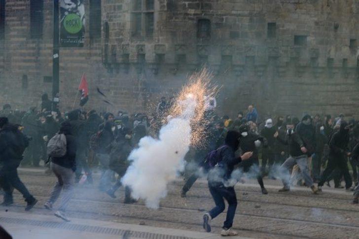 Fransa karıştı! Göstericiler ortalığı savaş alanına çevirdi