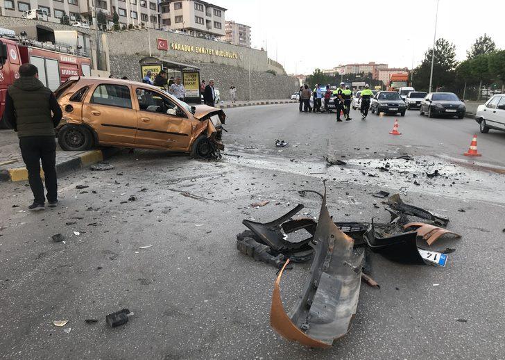 Karşı şeride geçen otomobil, 3 otomobile çarptı: 3 yaralı