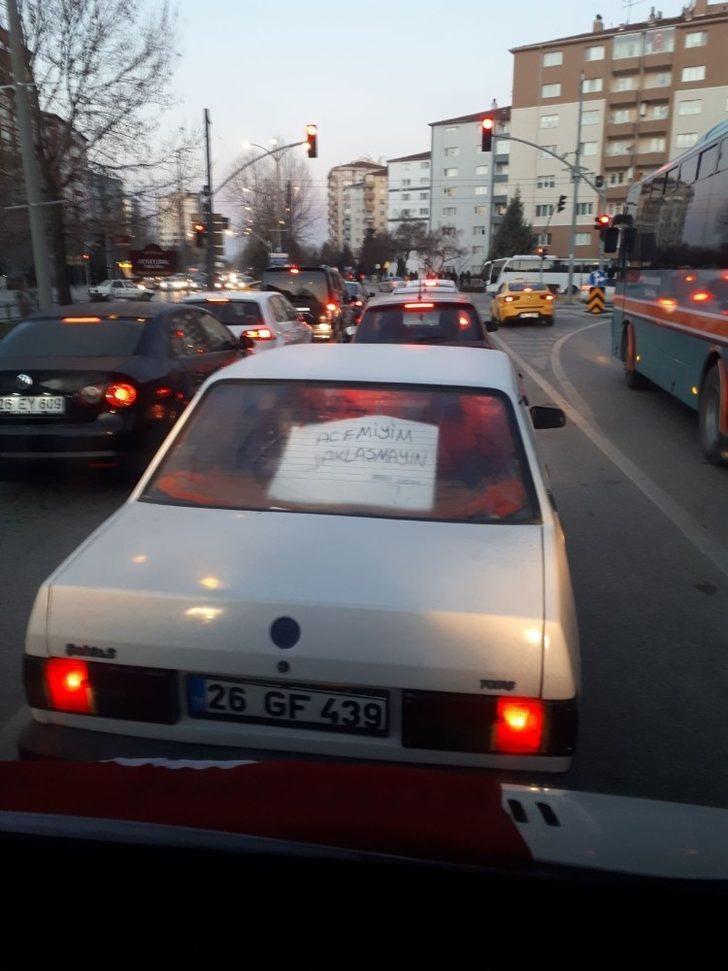 Trafikte şaşırtan uyarı; 'acemiyim yaklaşmayın'