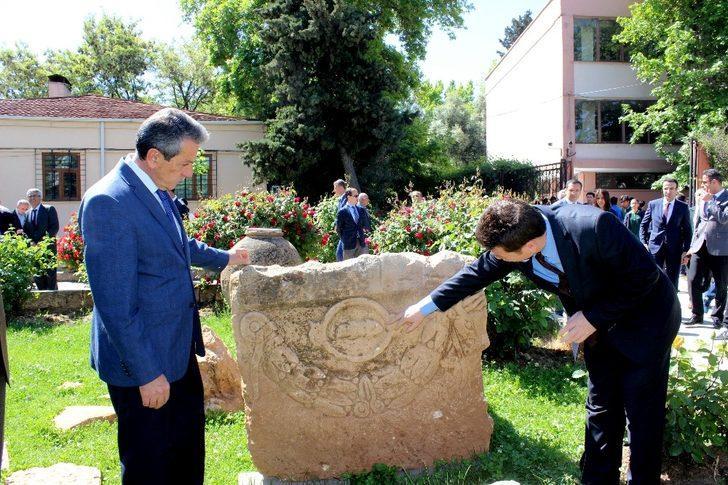 Vali Kalkancı Roma Dönemine ait lahit mezarı inceledi