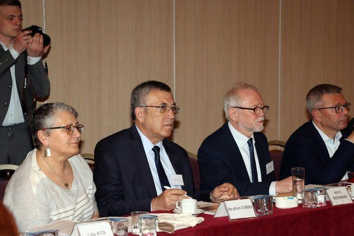 Küresel sorun 'Göç'  Antalya'da konuşuldu