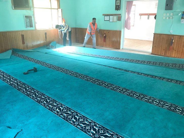 Finike'de cami halıları yenilendi