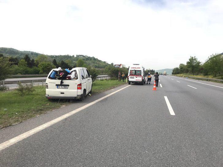 Bariyerlere çarpan minibüsteki 5 kişilik aile yaralandı