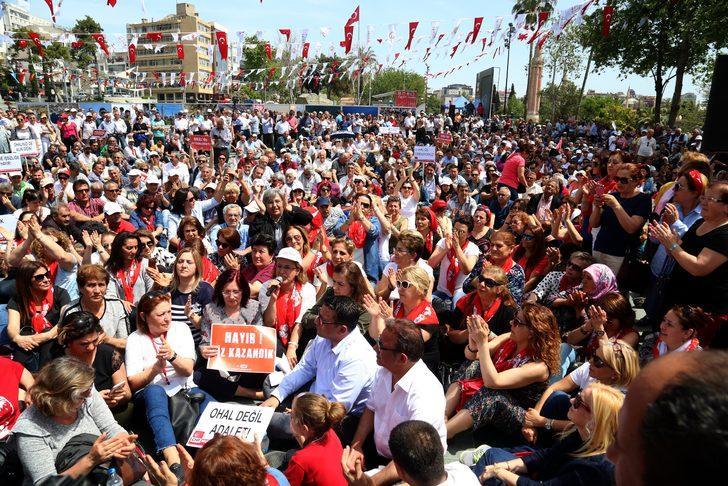 Antalya'da CHP'liler, demokrasi için oturdu