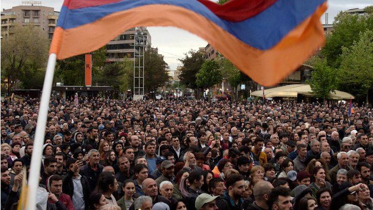 Ermenistan'da binlerce kişi sokaklara döküldü