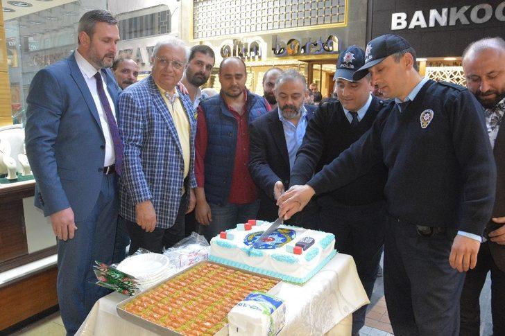 Soygun ihbarına giden polise pasta süprizi
