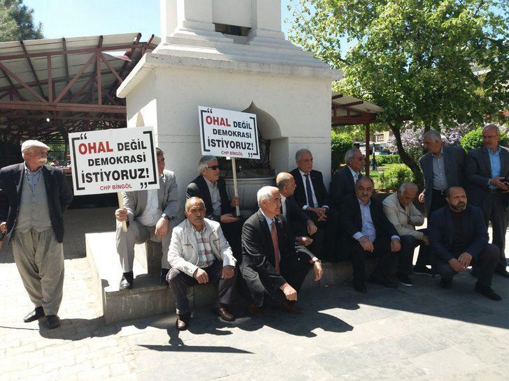 CHP'nin oturma eylemi Bingöl'de 5 dakika sürdü