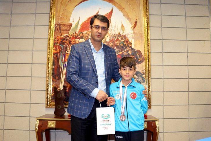 Yenişehirli çocuklar yüzme yarışmasında madalyaları topladı