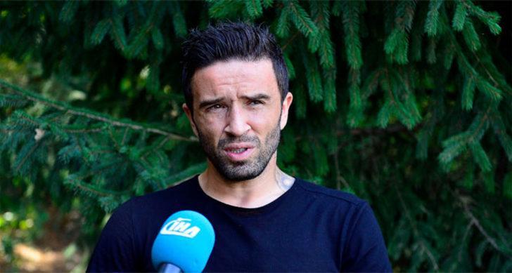 Deneyimli çalıştırıcının da hem 33 yaşındaki oyuncunun bu isteğinden yararlanmak hem de Adriano'yu dinlendirmek amacıyla Gökhan Gönül'e formayı vermeye sıcak baktığı belirtildi.