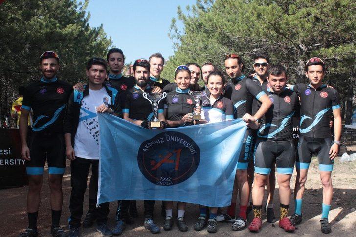 AÜ'lü genç pedallar birincilik kupasıyla döndü