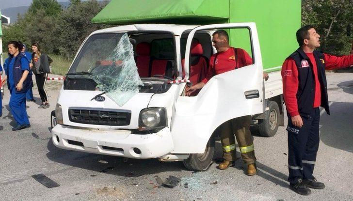Kamyonet ile kamyon çarpıştı: 1 yaralı