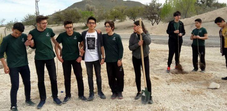 Kardelen Kolejinde fidanlar toprakla buluşuyor