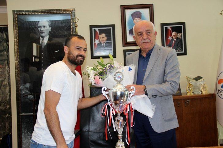 Futbolcular şampiyonluk kupasını Seyfi Dingil'e takdim etti