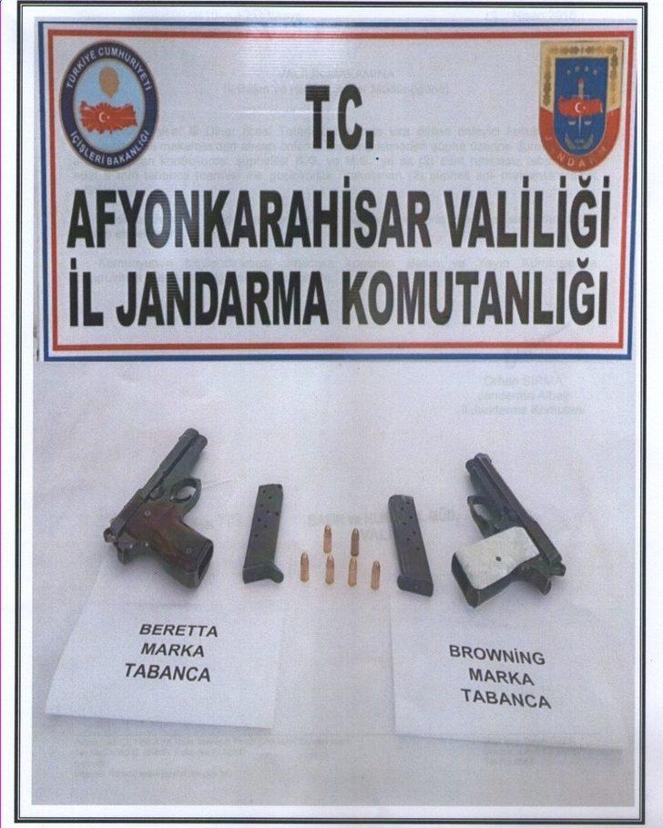 Jandarmanın durdurduğu araçlarda ruhsatsız tabanca ele geçirildi