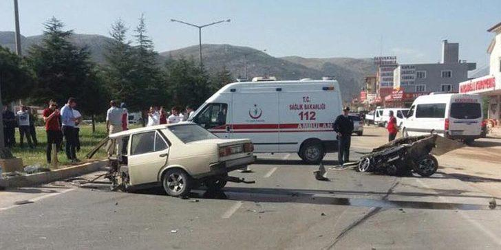 Denizli'de kaza sonrası ikiye bölünen araçtan emniyet kemeri sayesinde sağ çıktılar!