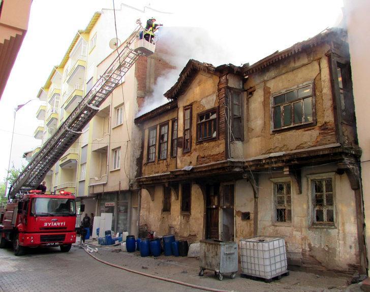 100 yıllık tescilli ahşap bina yangında kül oldu