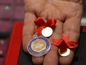 Piyasada görülen hızlı artışları düğün geleneklerini de değiştirdi. Euro ve dolarda görülen artış  nedeniyle artık düğünlerde gelin ve damada yarım gramdan yapılan hediyelik altınlar takılıyor.