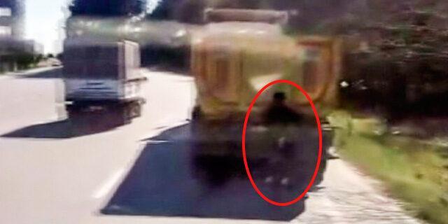Hafriyat kamyonunun peşine takılan patenci gencin tehlikeli yolculuğu kamerada