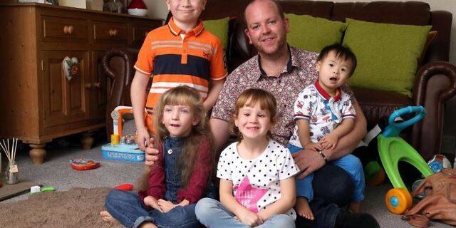 Türkiye'de olsa yetimhanede kalırlardı!  4 engelli çocuğu evlat edinen koca yürekli eşcinsel baba
