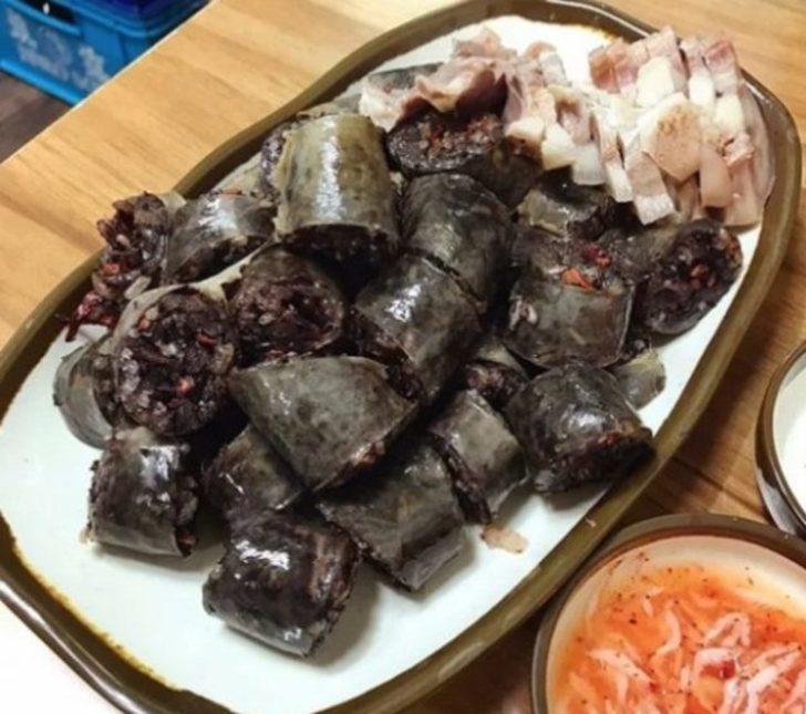 Soondae: Popüler bir Kore sokak yemeği ve genellikle karaciğer ile servis edilir. Kanlı sosis olarak bilinir.