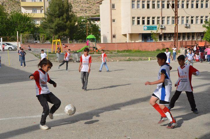 Futbol Turnuvasının Yıldızı, 100 Erkek Arasındaki Nurten Oldu ile ilgili görsel sonucu
