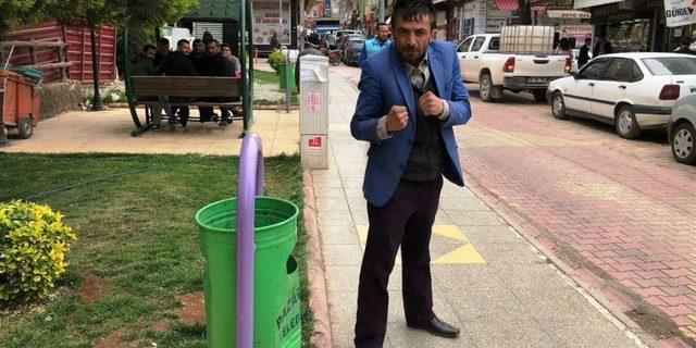 Çöp kovasıyla boks yaptı