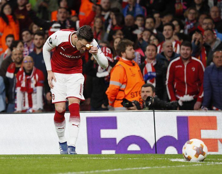Mesut Özil, ekmek parçasını kenara kaldırmadan önce öpüp alnına götürdü.