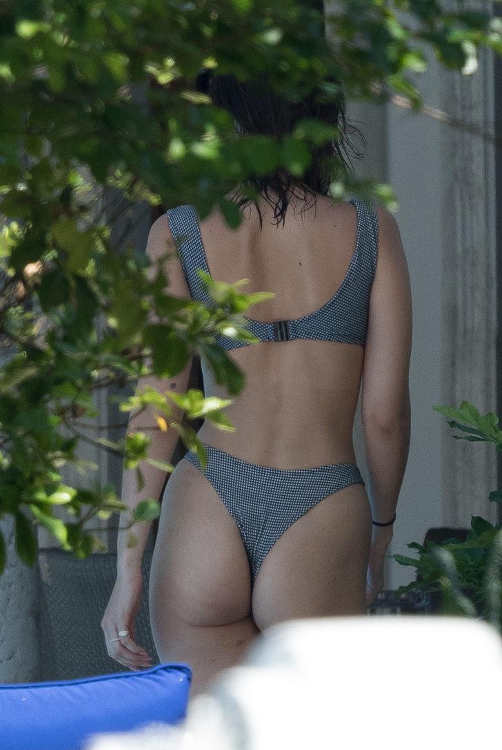 Bella, 1950'ler esintili bikinisiyle dikkat çekti.