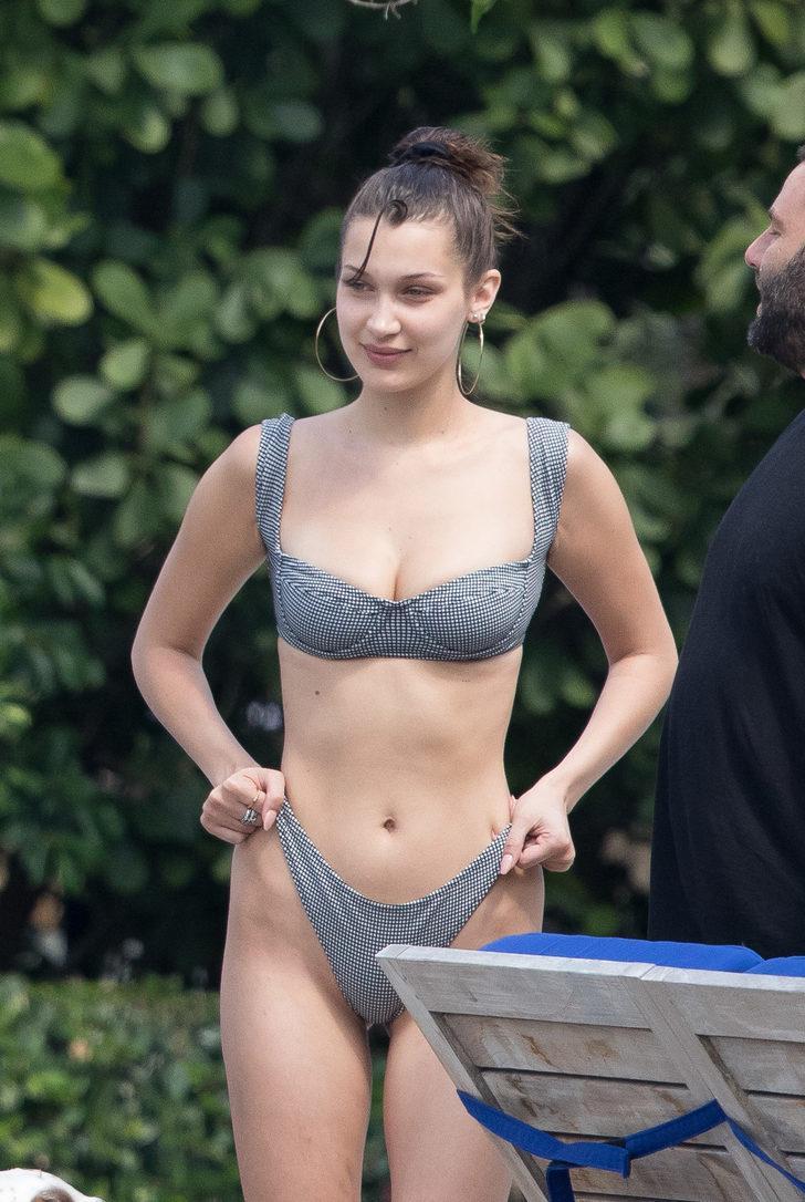Bikini izi çıkmaması için altını çekiştirip duran Bella, objektiflere yakalandı.