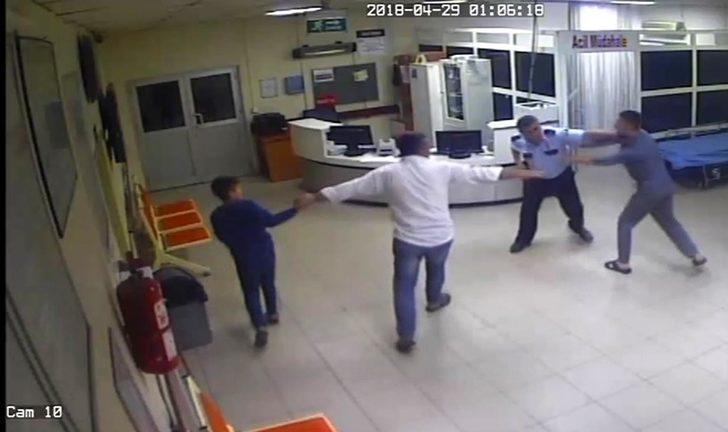 Acil serviste sağlık çalışanları ve polise saldırı kamerada