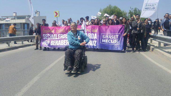 Sedye ve tekerlekli sandalyeyle miting alanına geldiler