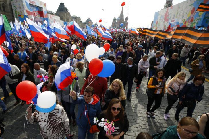 """Moskova """"Kızıl Meydan""""da yüzbinler toplandı"""