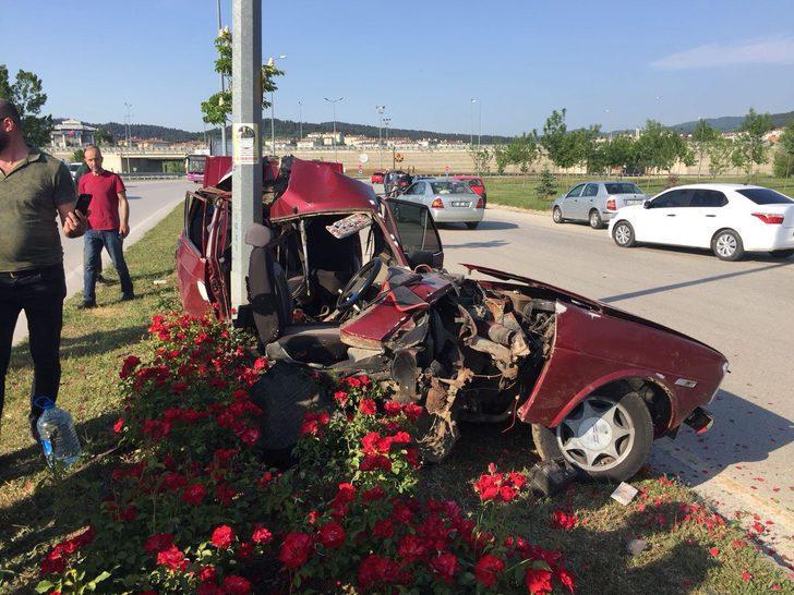 Direğe çarpan otomobil ikiye bölündü, sürücü yaralandı