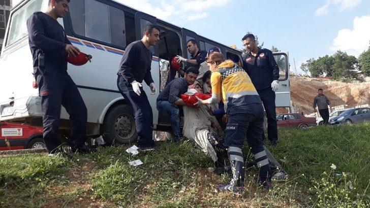 Yolcu minibüsü ilekamyon kafa kafaya çarpıştı: 7 yaralı