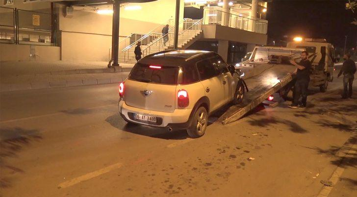 Kaldırıma çıkan otomobil kadına çarptı