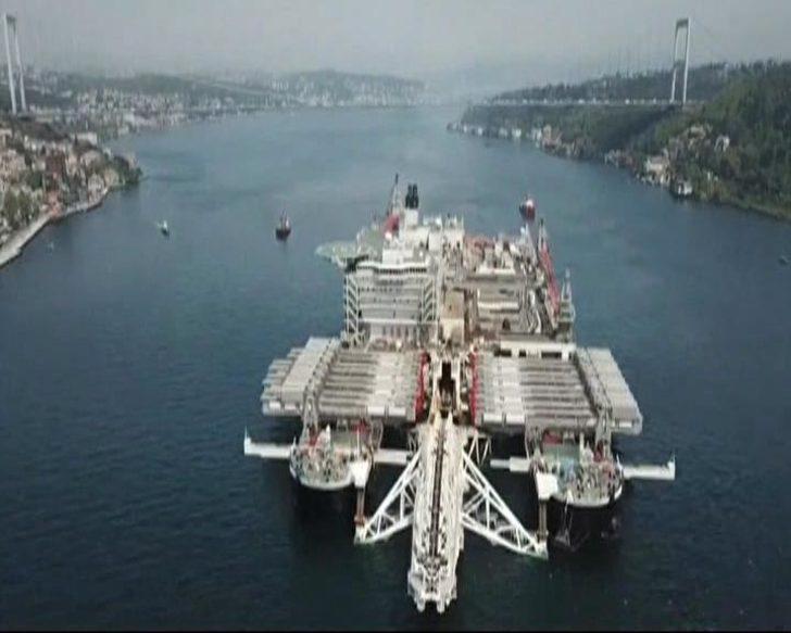 (Havadan fotoğraflarıyla) - Dev gemi İstanbul Boğazı'ndan geçiyor