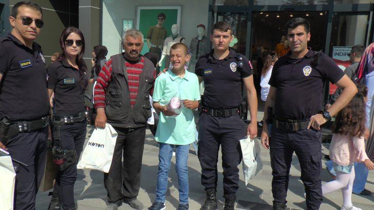 Engelli Samet'e istediği kıyafetleri polis aldı