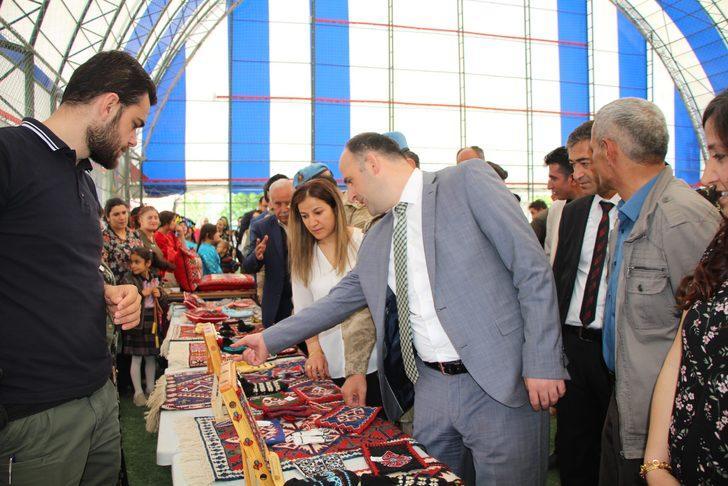 Beytüşşebap'ta kadınların el emeği ürünler halı sahada sergilendi