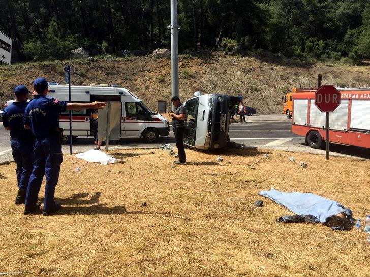 Kemer'de minibüsle otomobil çarpıştı; ölü ve yaralılar var (1)